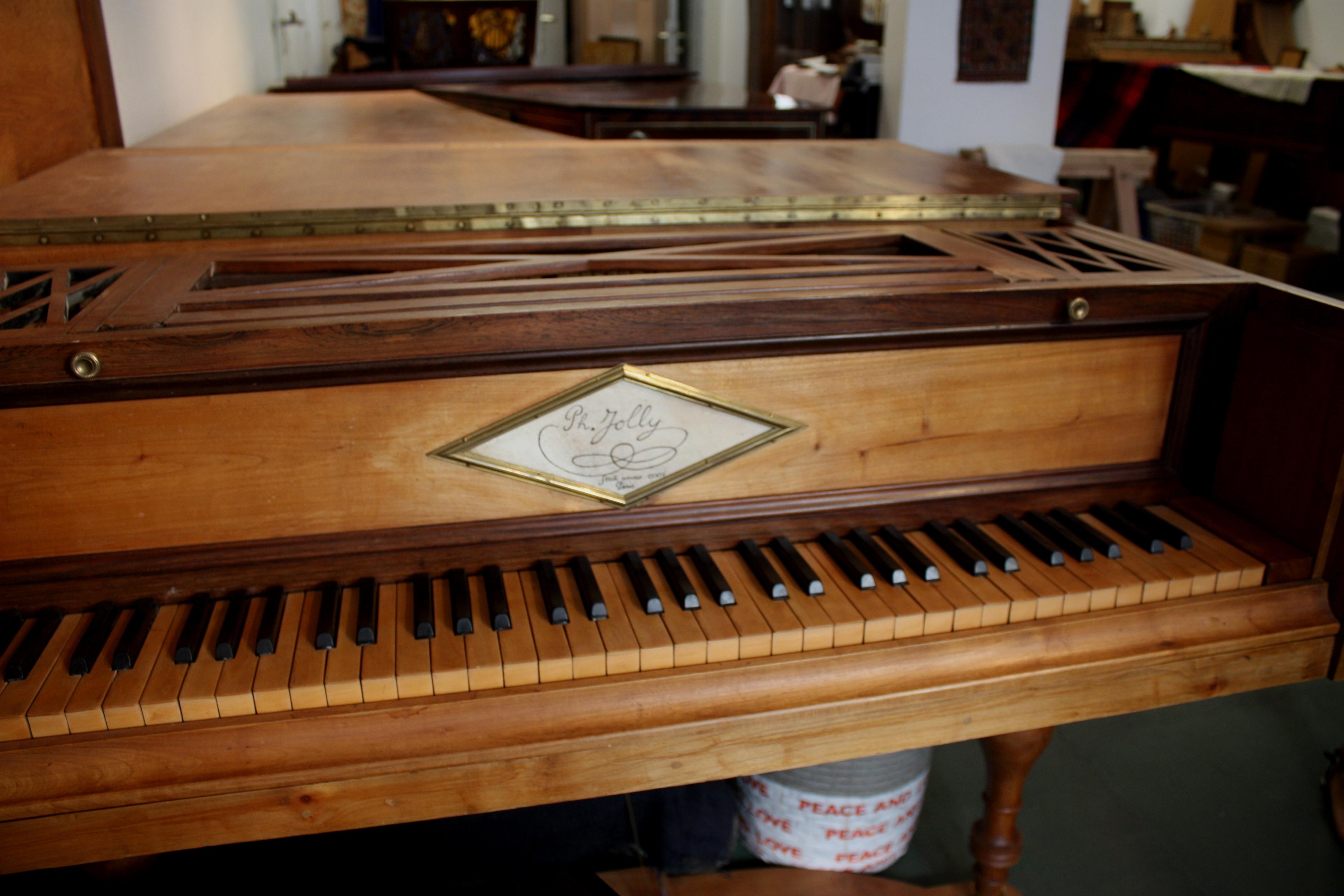 Bi-corde doté d'un seul chevalet, de deux pédales forte et una corda, je lui ai apporté une touche d'originalité supplémentaire : à la différence de l'Erard de Beethoven et de Haydn, il est équipé d'un clavier 6 octaves fa-fa, pour 73 notes en tout.